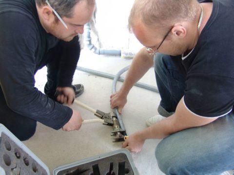 Так монтируются изготовленные из PEX трубы Rehau для водоснабжения