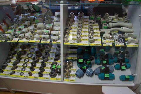 Витрина магазина сантехники с трубами и фитингами