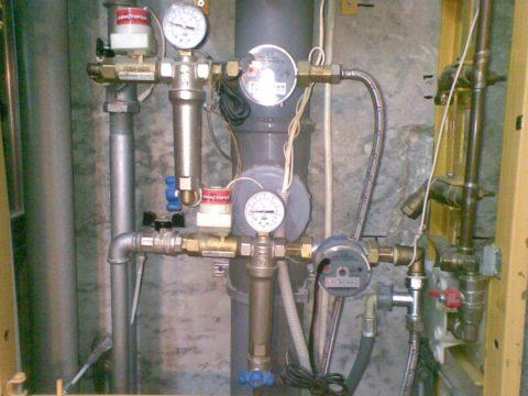 Водопровод из оцинковки. Обратите внимание на способ монтажа соединений