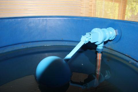 Заливной клапан перекрывает воду, когда бак полон