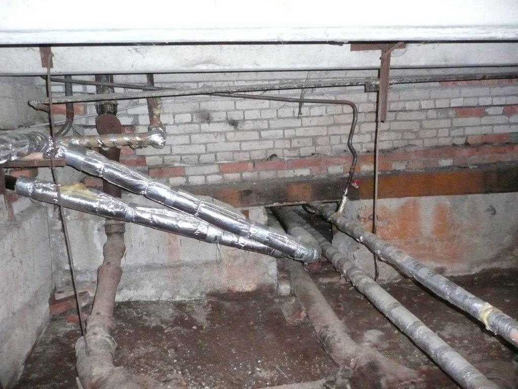 Розливы водоснабжения в техническом подвале многоквартирного дома