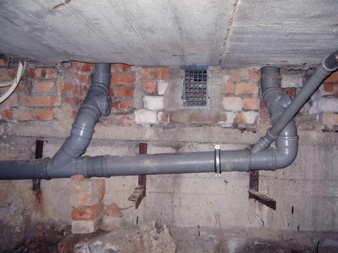Открытая прокладка канализации по подвалу