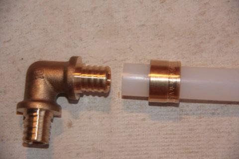 Растянутая экспандером труба PE-X надевается на штуцер и фиксируется гильзой