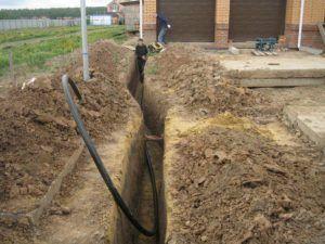 Прокладка водопроводной трубы в траншее
