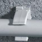 На стенах трубы удерживаются специальными клипсами