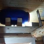 Емкость установлена под потолком на специальном перекрытии