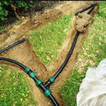 Оптимальный вариант для поливочного водопровода – прокладка в мелких траншеях с засыпкой песком или использованием укрытия