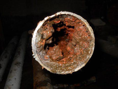 Отложения в трубах водоснабжения со временем снижают их пропускную способность