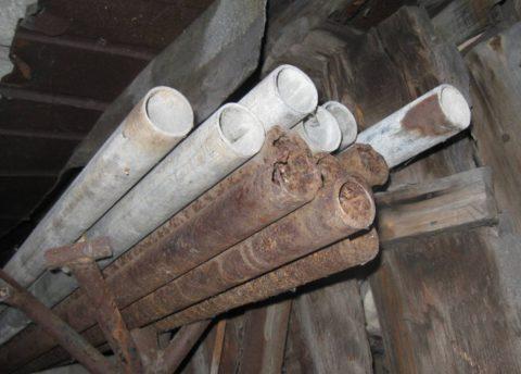 Черные и оцинкованные трубы хранились в одинаковых условиях. Сравните их состояние