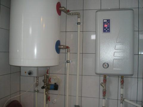 Электрокотел поддерживает температуру теплоносителя в 65 градусов