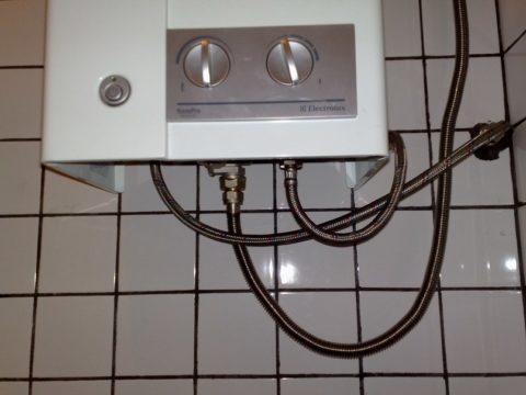 Газовая колонка подключена гибкими шлангами