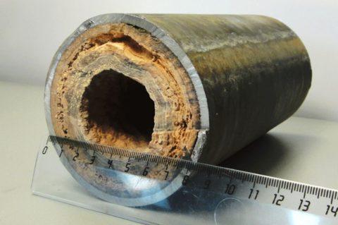 Известковые отложения в стальной трубе