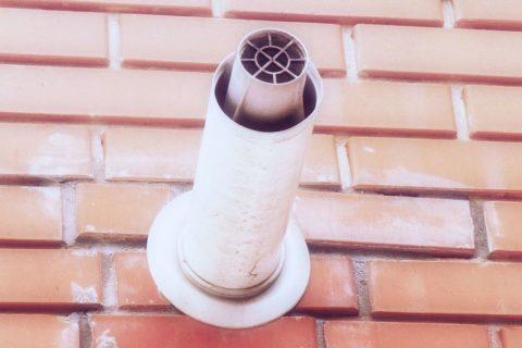 Коаксиальный дымоход: в нём по внутренней трубе отводятся продукты сгорания, а по внешней - поступает к горелке уличный воздух