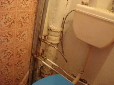 Кран с питьевой водой и бачок унитаза подключены к общему стояку