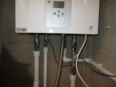 На фото — газовый двухконтурный котел: на входе стоит фильтр грубой очистки