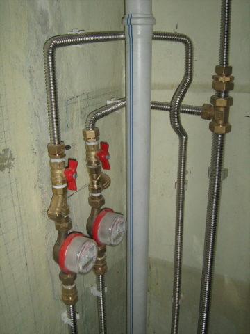 На центральном горячем водоснабжении с подачей воды из элеваторного узла мы настоятельно советуем использовать только металлические подводки