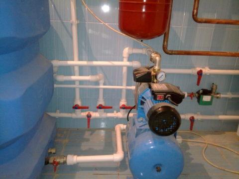 Насосная станция подает воду из установленного в подвале бака