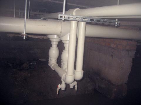 Шаровые краны на стояках холодной и горячей воды
