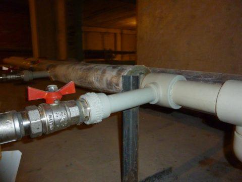 Стальные розливы и стояки заменяются современными полимерными трубами
