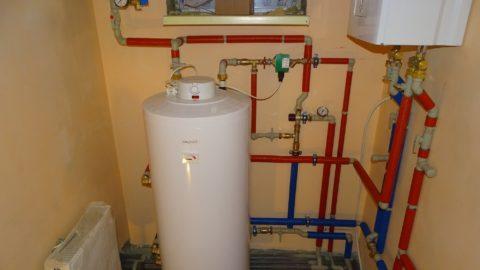 Дом обеспечивается горячей водой бойлером косвенного нагрева и газовым котлом