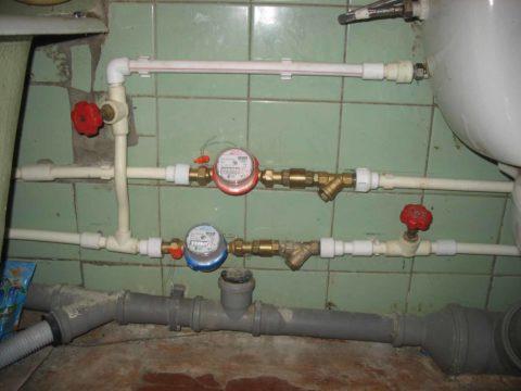 Фильтры и обратные клапаны перед счетчиками воды