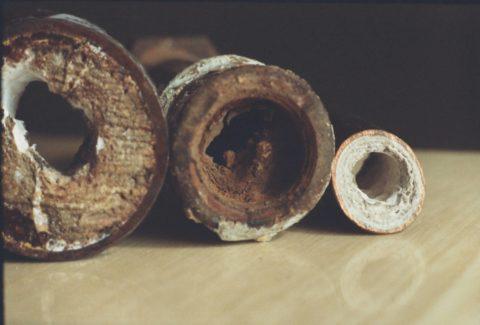 Известка и ржавчина на стенках стального водопровода