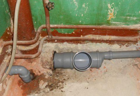 Канализационная гребенка: отвод для унитаза обладает диаметром 110 мм, вся остальная разводка выполнена 50-миллиметровой трубой