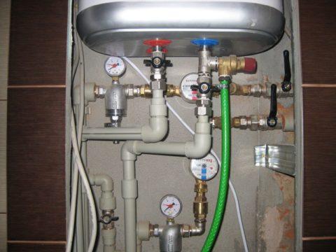 Клапан с дренажной трубкой стоит на входе электрического бойлера