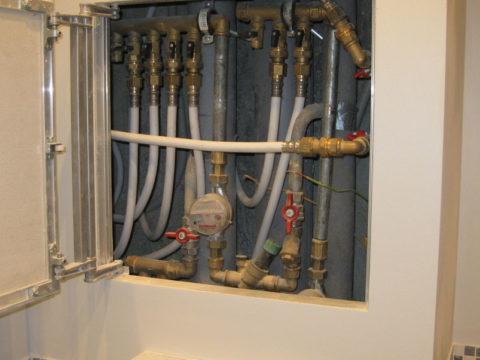 Коллекторная разводка: подводки прокладываются к сантехническим приборам скрыто