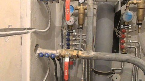 Коллекторная разводка воды в квартире выполнена нержавеющей трубой