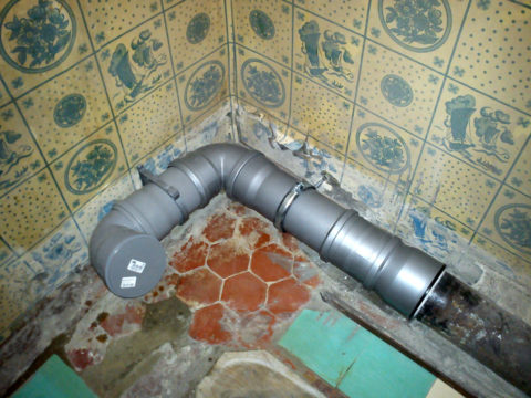 Крепление канализации клипсой (слева) и хомутом (справа)