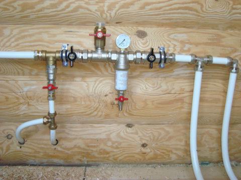 Монтаж водоснабжения частного дома выполнен металлопластиковыми трубами