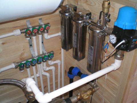 На фото — коллекторы горячего и холодного водоснабжения
