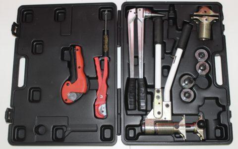 На фото — комплект инструмента для монтажа труб PEX