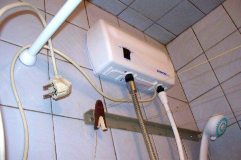 Проточный нагреватель подключен к смесителю вместо лейки душа