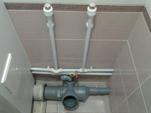 Трубы водоснабжения в санузле