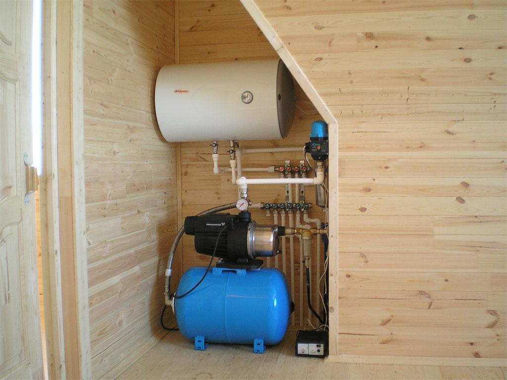 Гидроаккумулятор Джилекс для систем водоснабжения с установленным на нем насосом