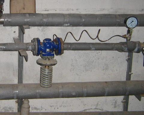 Автоматический регулятор давления: водоснабжение здания работает с избыточным давлением в 1 атмосферу вне зависимости от напора в магистральном водопроводе