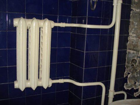 Чугунный радиатор в ванной сталинки