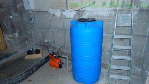 На фото — пример водоснабжения частного дома с резервной емкостью и насосной станцией