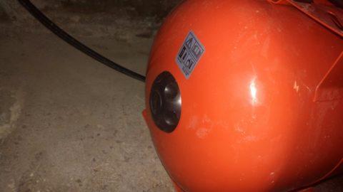 Ниппель скрывается под отвинчивающейся пластиковой крышкой на торце бака