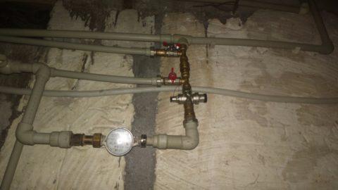 Обратный клапан между врезками накопительной емкости и насосной станции на вводе водоснабжения