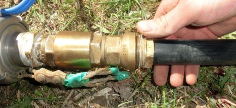 Обратный клапан на выходном патрубке погружного насоса