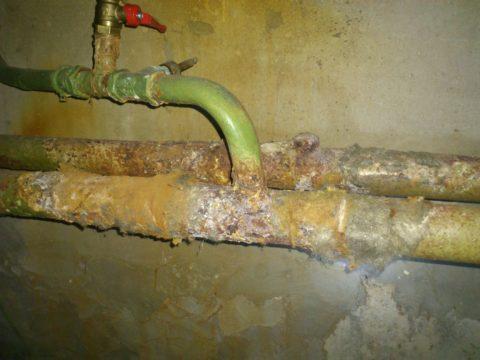 Подающий и обратный розливы в подвале многоквартирного дома
