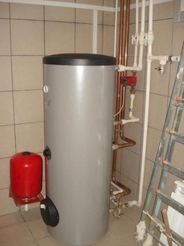 Расширительный бак подключен к водопроводу ГВС рядом с бойлером