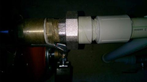 Разъемное соединение на всасывающей трубе насосной станции водоснабжения