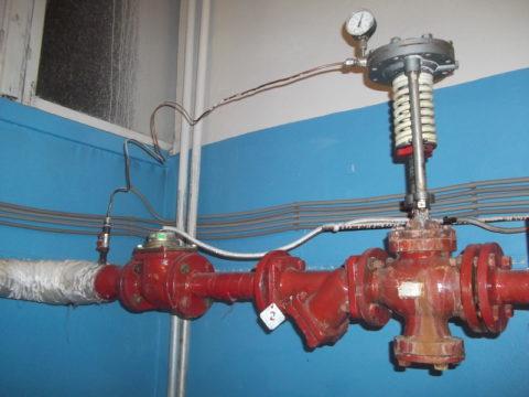 Регулятор давления водоснабжения ДУ 50 в тепловом пункте жилого здания