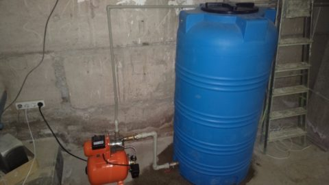 Резервное водоснабжение из емкости в доме автора