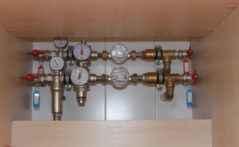 Слева направо: шаровый кран, механический фильтр с манометром, редуктор с манометром, водосчетчик, обратный клапан
