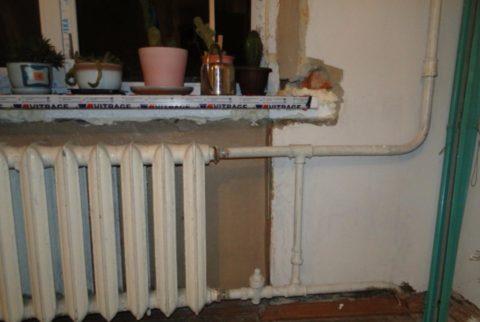 Сталинка: стояк отопления смонтирован оцинкованной трубой на резьбах